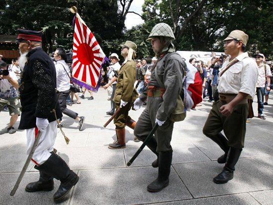 假设几十年来两国发展形势易地而处,中国没有经过那么多折腾,走那么多弯路,在政治、经济、教育、国民素质等各方面都优于日本,那么今天就该是日本需要中国的贷款、投资和技术而不是相反。 原编者按:日本源远流长的是武士道精神,日本人的荣辱观系于战争胜负。应该承认,战后日本被迫放弃军备,其经济建设成就举世瞩目。在新的形势下,日本不需要以武力来赢得国际地位。但是从心理上讲,如果彻底否定侵华战争,就要否定19世纪末以来的一系列对外征服的业绩。那么剩下的足以令日本人傲视世界的传统是什么呢?