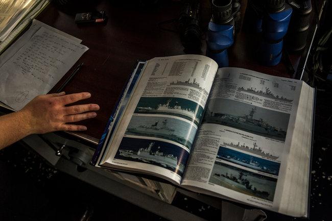 在切斯劳维尔号遇到一艘中国军舰时,25岁的英塞恩·安东尼·吉安卡纳查看了一本海军舰船的指南。