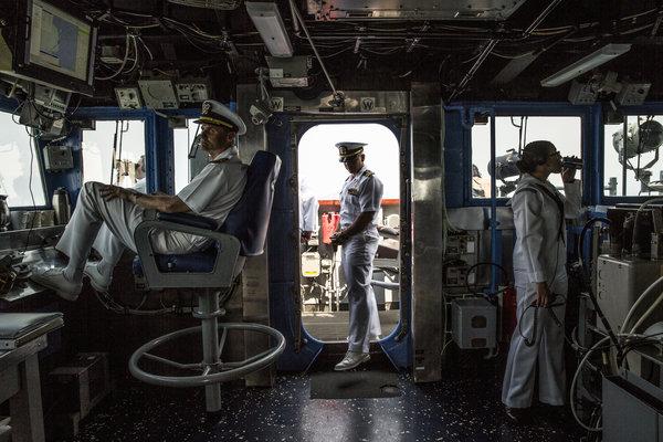 在南海争议水域,中美两国争夺着太平洋的主导地位。仅在去年,美国就在该海域进行了700多次巡逻。北京方面对则敢于进入南中国海的美国军舰采取跟踪的做法。