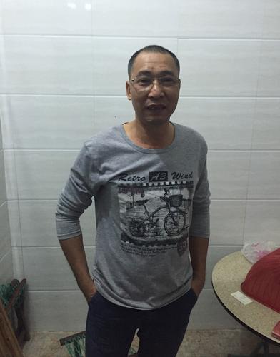 张德仁在家里讲述自己的历险
