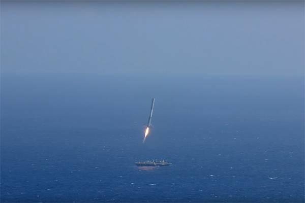 """""""猎鹰-9""""火箭首级向回收平台降落"""