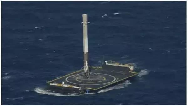 """""""猎鹰-9""""火箭首级成功降落在海上回收平台上。"""
