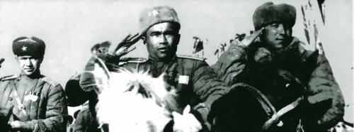1949年12月,身着中国人民解放军服装的民族军骑兵队到达喀什。
