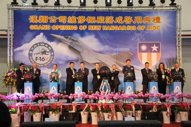 美國在台協會公佈的F-16V維修廠啟用典禮照片,可看到二戰期間中印緬戰區的徽章,可見美方十分重視中美雙方延續自抗戰時代的情誼。(美國在台協會)