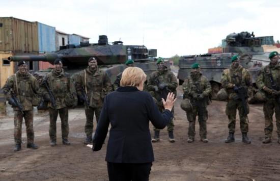 默克尔探访军营