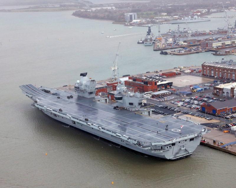 """12月7日,""""伊丽莎白女王""""号航母停泊在朴茨茅斯海军基地"""