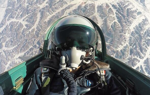 学员驾机在空中机动