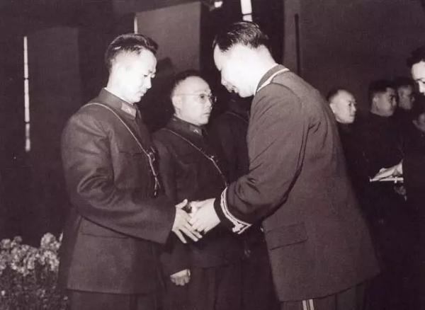 防空军驻京部队举行校官授衔典礼