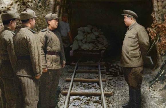 金日成视察朝鲜战争地道作战现场