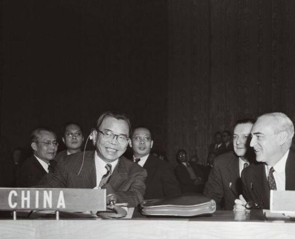 中国代表蒋廷黻(左)与法国代表赫夫·阿尔方德交谈