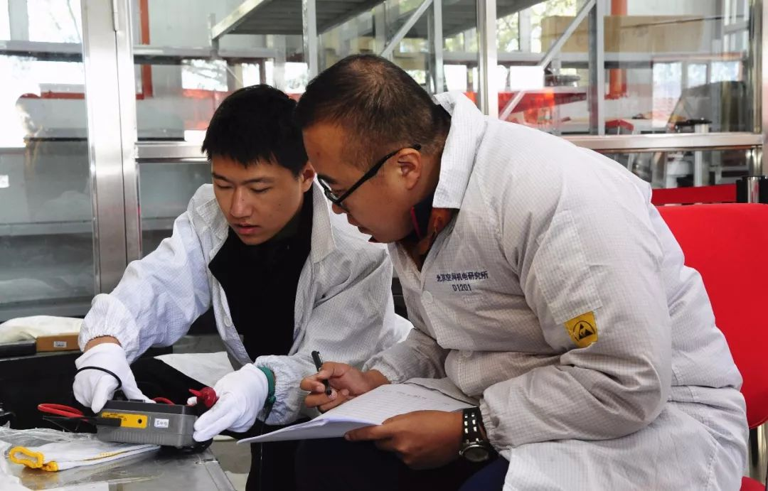 试验人员进行火工品组织测试及结果确认