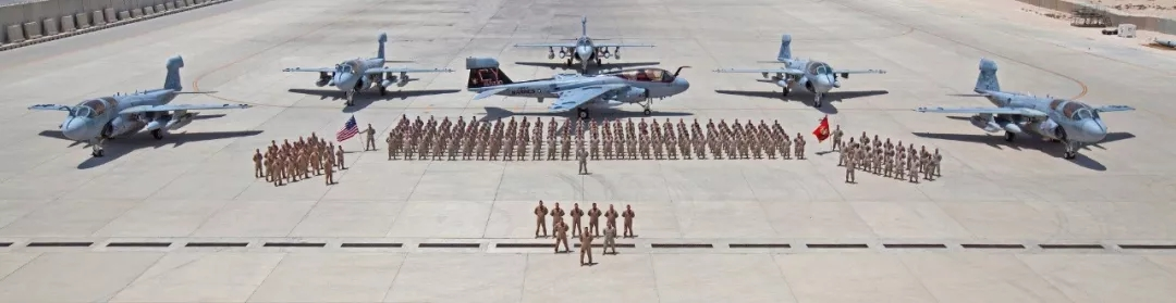 VMAQ-2中队人员及6架EA-6B电子战飞机合影-wps图片