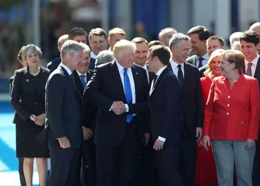 特朗普在2017年布鲁塞尔北约峰会期间与马克龙握手